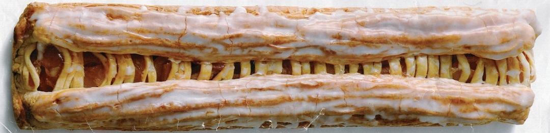 洋菓子のカワグチ特製の長さ50センチの特大アップルパイ